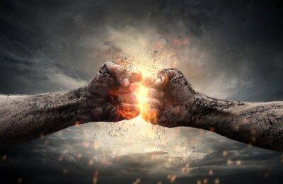 Bild Kampf, zwei Fäuste schlagen sich gegenseitig über dramatische Himmel