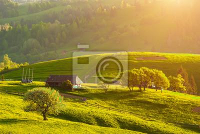 Karpaten Dorf Hügel in einem warmen Sonnenuntergang Licht