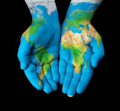 Bild Karte gemalt auf Händen zeigt Konzept - die Welt in unseren Händen
