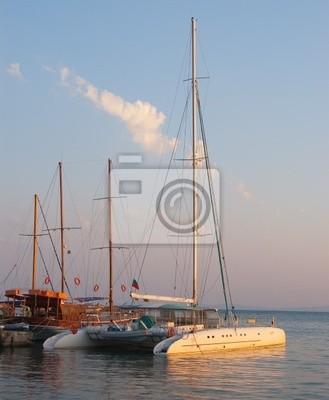 Katamaran schwimmt im Hafen von Nessebar