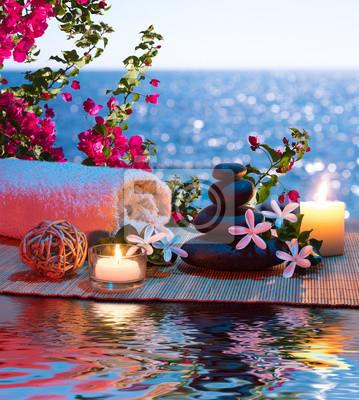 Kerzen - schwarzen Steinen und tiare - Bougainvillea auf dem Wasser
