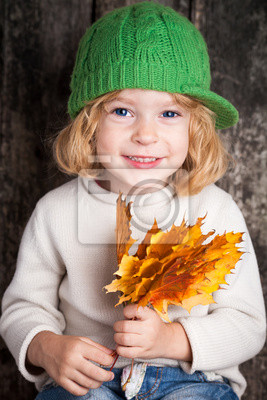 Kid mit gelb Ahorn Blätter