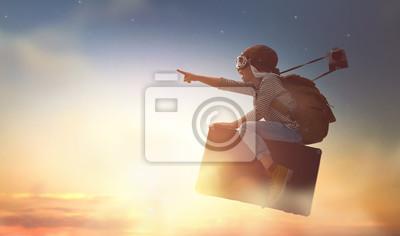 Bild Kind fliegen auf einem Koffer