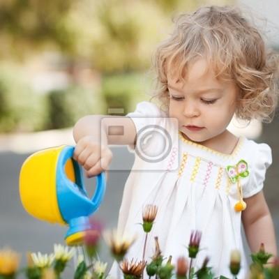 Kind im Frühjahr Garten