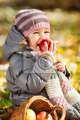 Kind isst roten Apfel