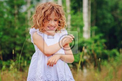 Bild Kind Mädchen spielen mit Blättern im Sommer Wald. Naturerforschung mit Kindern. Outdoor ländlichen Aktivitäten.