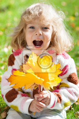 Kind mit gelben Ahornblätter