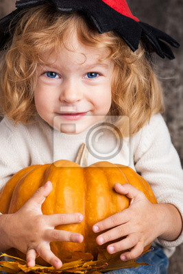 Kind mit großen Kürbis