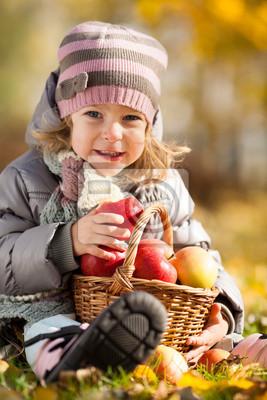 Kind mit Korb mit Äpfeln