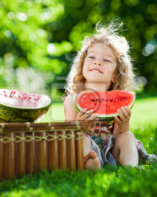 Kind mit Picknick im Frühling Park