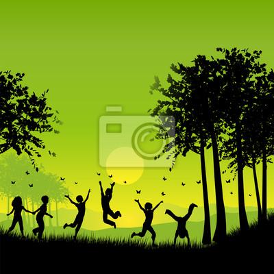 Kinder draußen spielen
