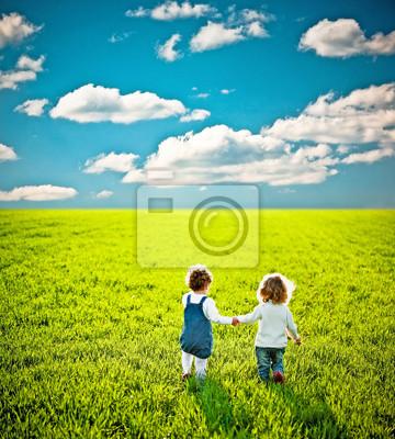 Kinder gehen auf Sommer-Feld