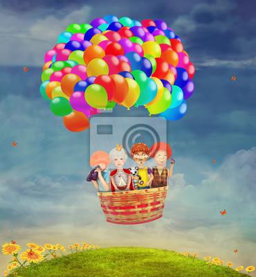 Kinder in einem Ballon in den Himmel