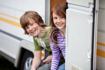 kinder sitzen In in der wohnwagentür