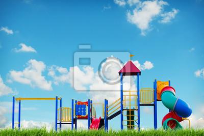 Kinder-Spielplatz am blauen Himmel Sommer