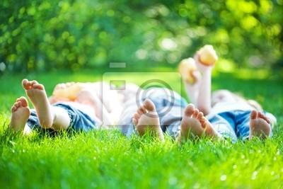 Kinderfüße im grünen Gras