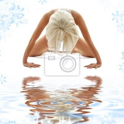klassische künstlerische Nacktheit Stil Bild der Frau auf weißem Sand