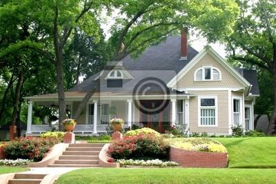 Bild klassisches Haus mit Blumengarten