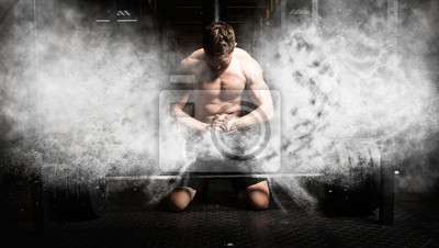 Klatschende Hände des muskulösen Mannes und Vorbereiten für Training an einer Turnhalle
