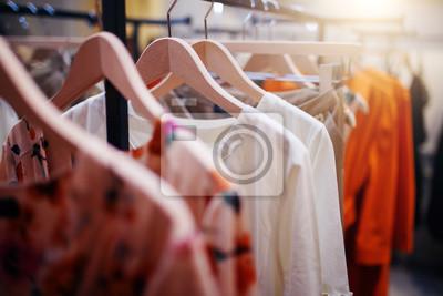 Bild Kleidung auf Kleiderbügel in der modernen Boutique
