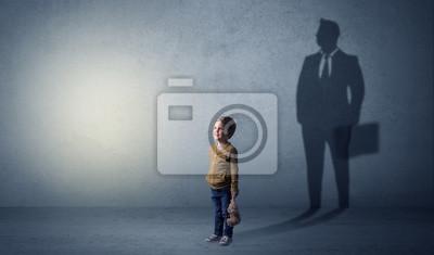 Bild Kleiner Junge mit Geschäftsmannschatten
