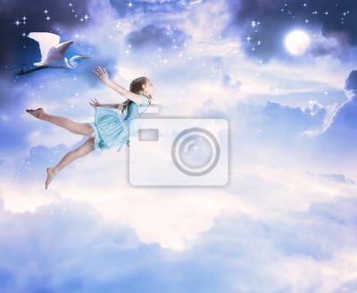 Kleines Mädchen fliegen in den blauen Nachthimmel