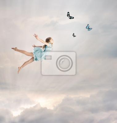 Kleines Mädchen Fliegen in der Dämmerung