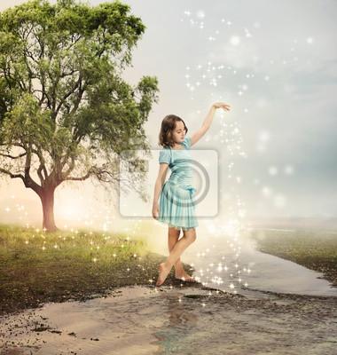 Kleines Mädchen in einem glänzenden Brook