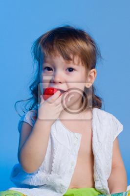 Kleines Mädchen isst Erdbeere
