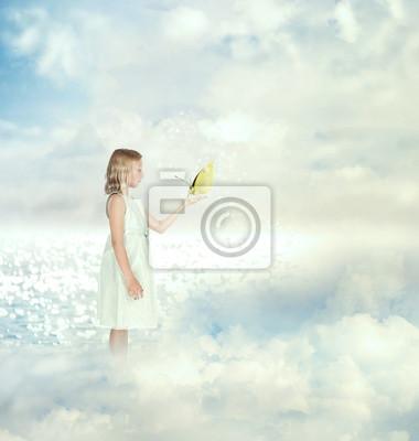 Kleines Mädchen mit einem Schmetterling