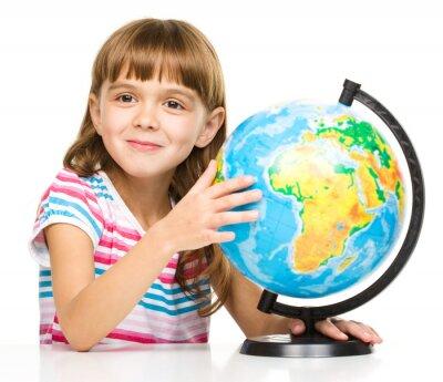 Bild Kleines Mädchen prüft Globus