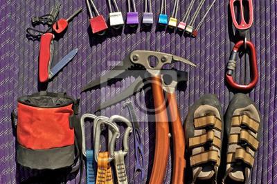 Kletterausrüstung Sicherung : Kletterausrüstung auf lila seil gelegt. taschenmesser mit