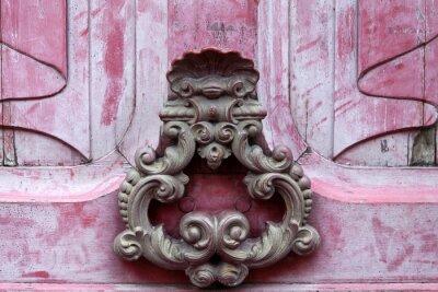 Bild Knoker Tür auf einem alten rosa wodden Tür