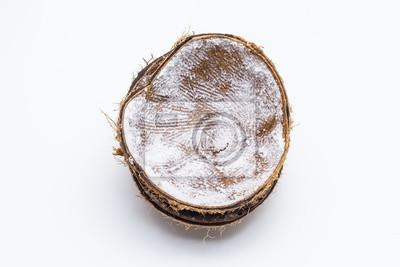 Kokosnussschale getrennt auf weißem Hintergrund