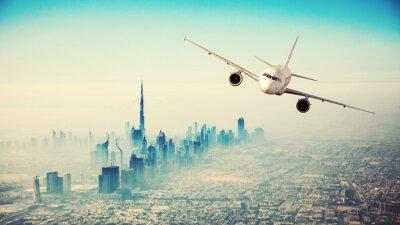 Bild Kommerzielle Flugzeug fliegen über moderne Stadt