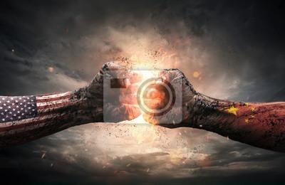 Bild Konflikt, Abschluss oben von zwei Fäusten, die über drastischem Hintergrund mit Kopienraum sich schlagen