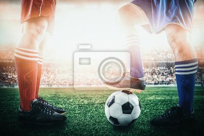 konkurrierendes Fußballfußballteam, das am Anstoß während des Matches im Stadion steht