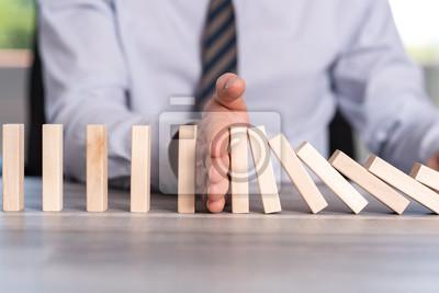 Bild Konzept der Geschäftssteuerung durch Stoppen des Domino-Effekts