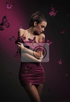 Konzeptionelle Bild der jungen Brünette Schönheit und violetten Schmetterlingen