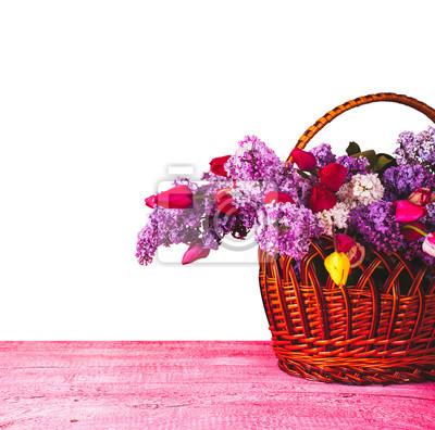Korb mit Flieder und Tulpen