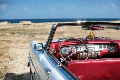 Kubanische Oldtimer auf der seacost in Havanna geparkt