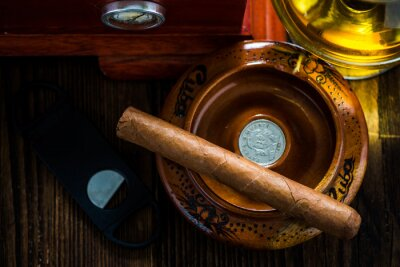 Bild Kubanische Zigarre im Aschenbecher mit Glas Cognac ad humidor