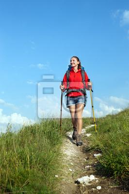 Lächeln Wandern junge Frau mit Rucksack und Wanderstöcke