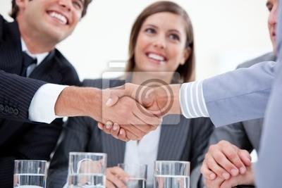 Lächelnd Geschäftsleute schließen einen Deal