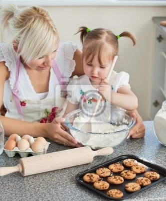 Lächelnde Frau Backen Cookies mit ihren Töchtern