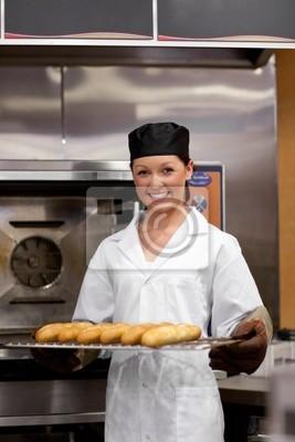 Lächelnde junge Bäcker mit Baguettes