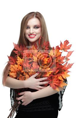 Lächelnde junge Frau mit Herbst Ahorn-Blätter
