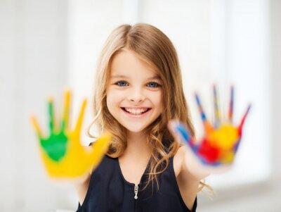 Bild lächelnden Mädchen zeigt bemalten Händen