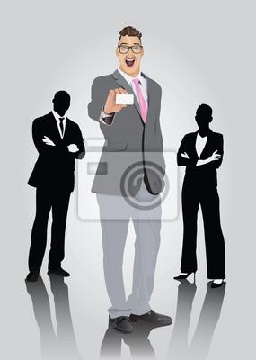 Lächelnder Geschäftsmann mit Brille zeigt Visitenkarte