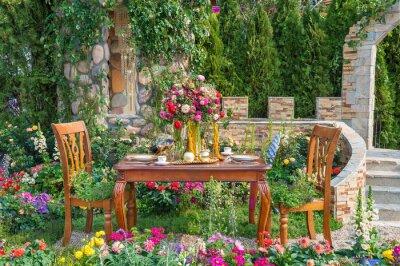 Bild Landscaped backyard flower garden